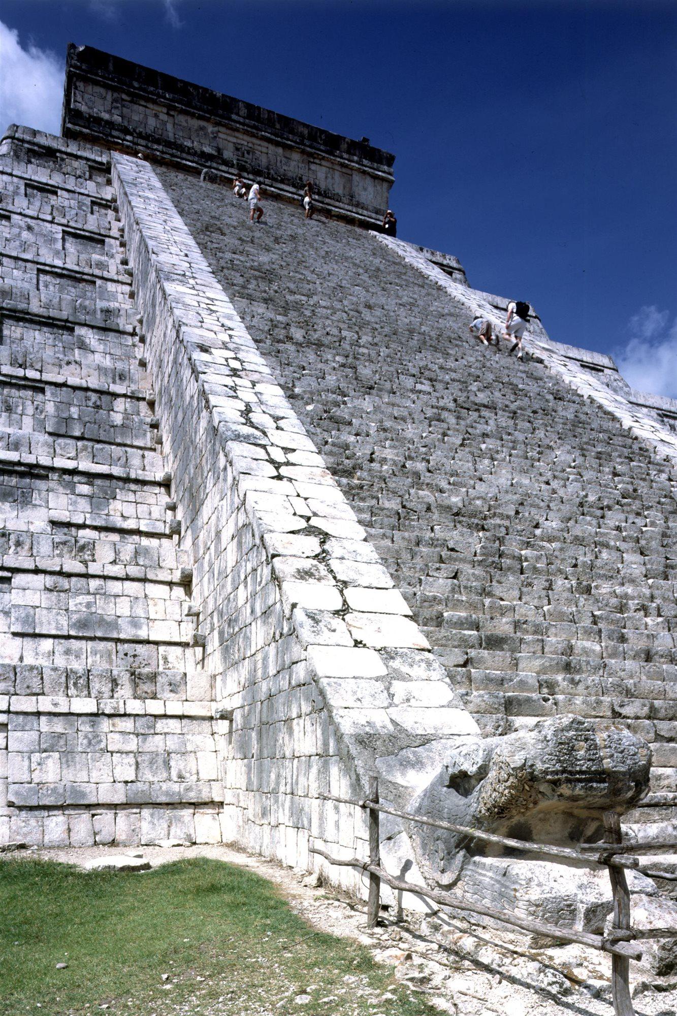Chichen Itza 047. Escalinata de la pirámide de Kukulkán