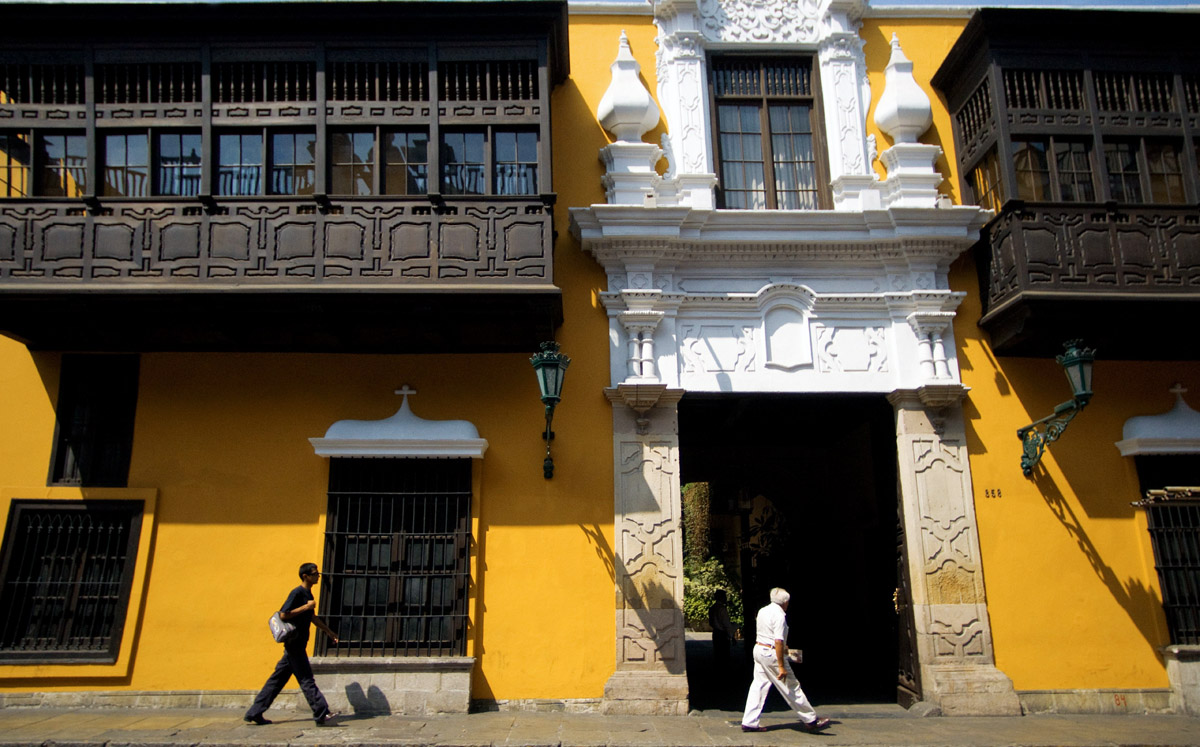 House with traditional balcony at city center. Arquitectura virreinal en Lima