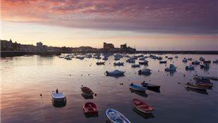 Atardecer en el puerto de Castro Urdiales, Cantabria. España