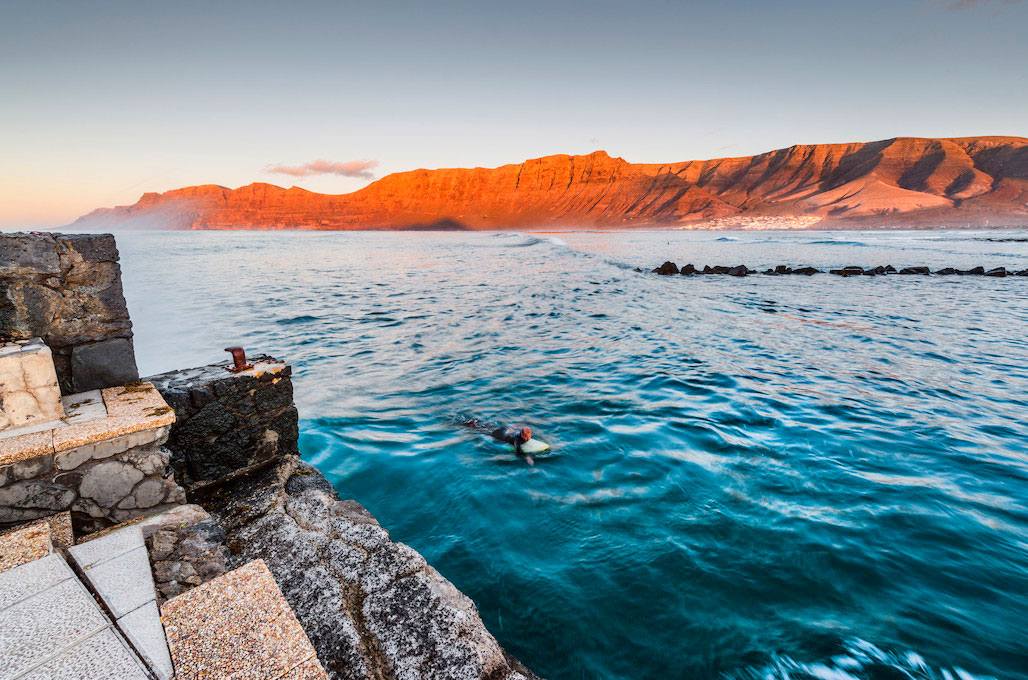 playa-famara-lanzarote. Playa de Famara, Lanzarote - Los abrazos rotos