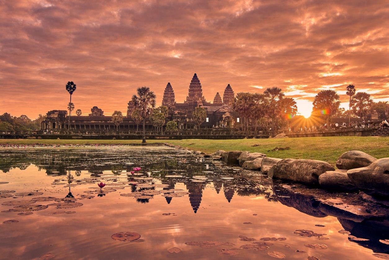 iStock-1032930350. Amanecer en Angkor Wat, Camboya