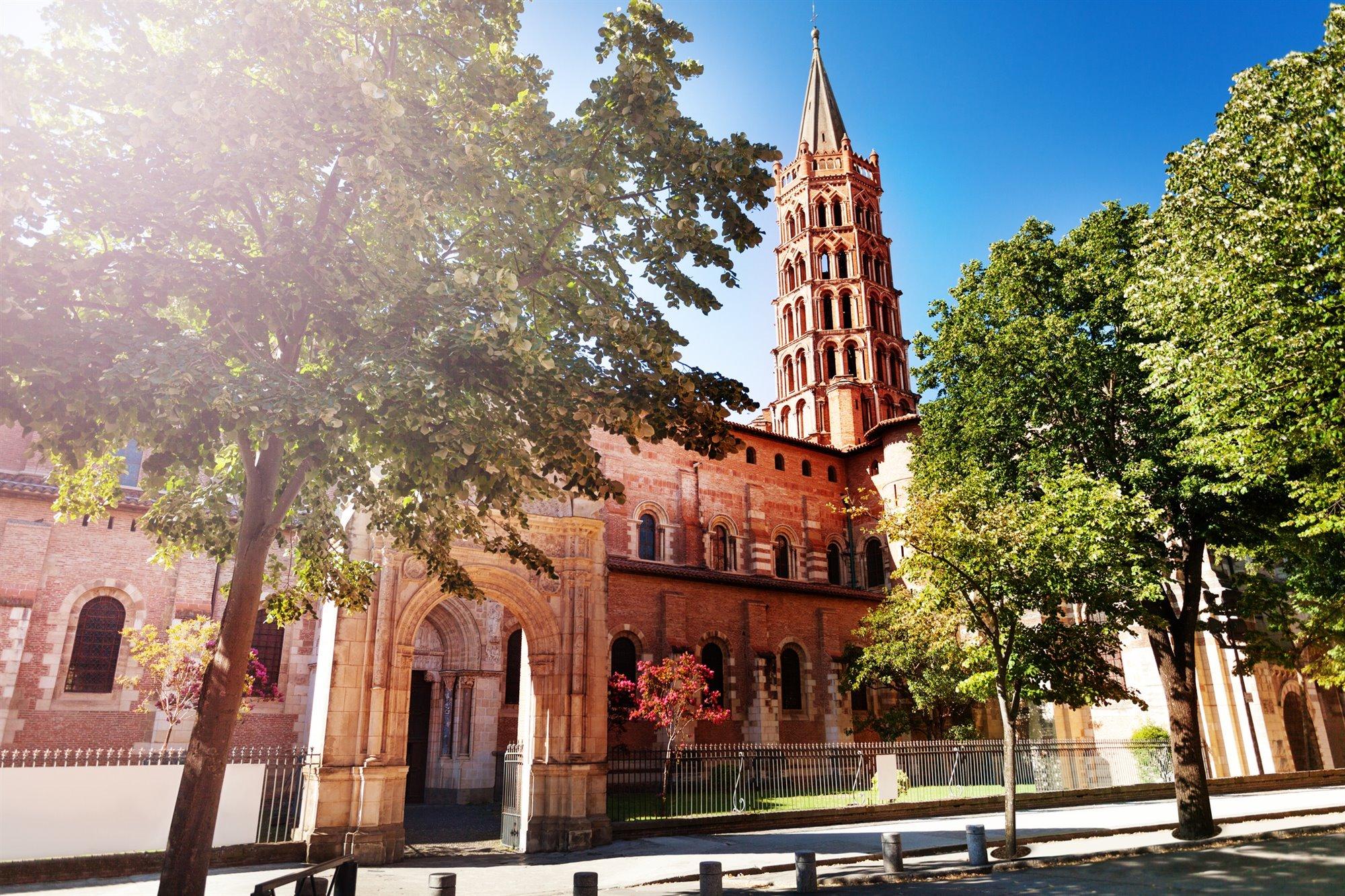 Por su gran iglesia románica y su calle de los grafitis
