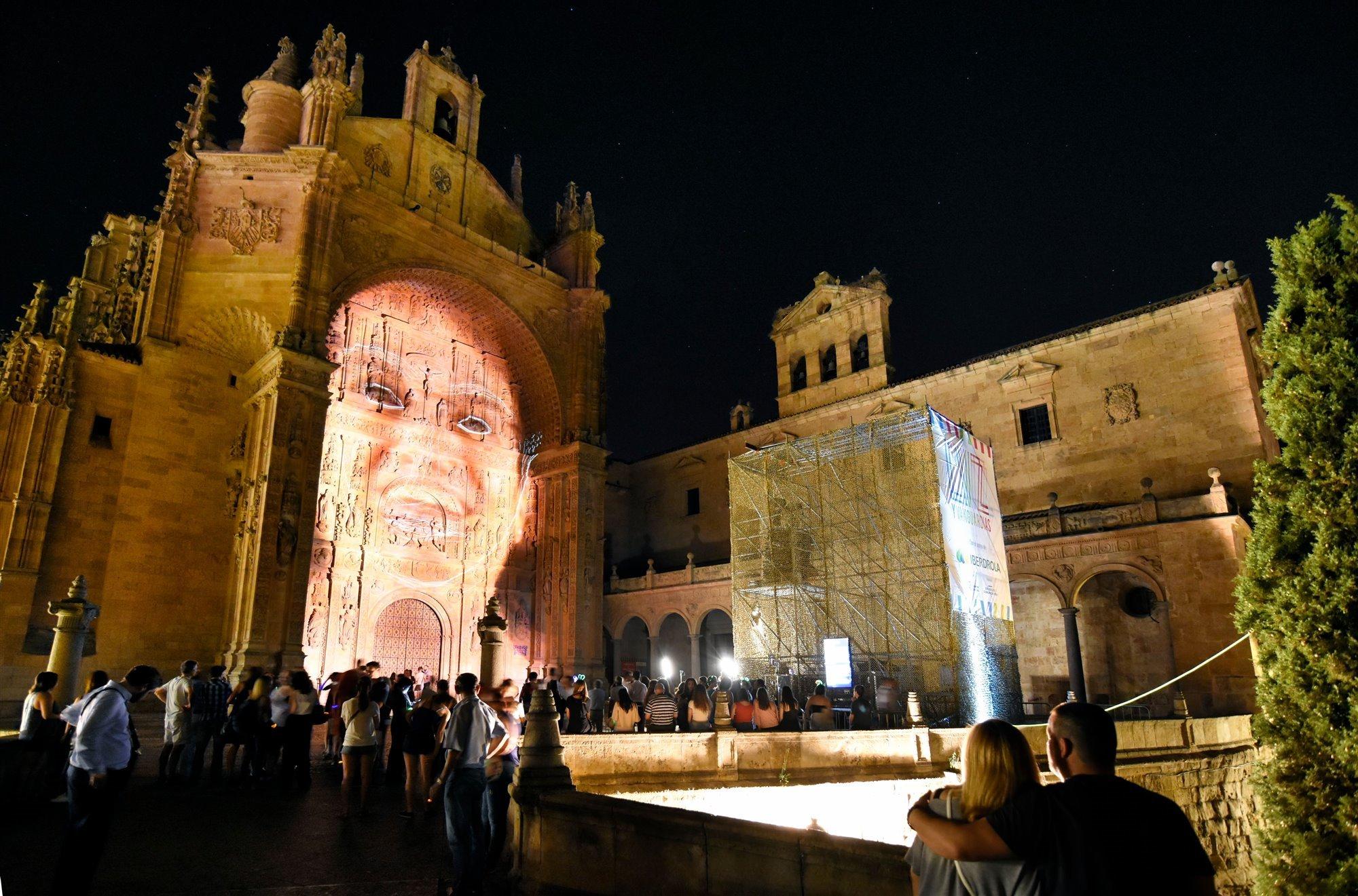 El arte lumínico cambia el color de Salamanca