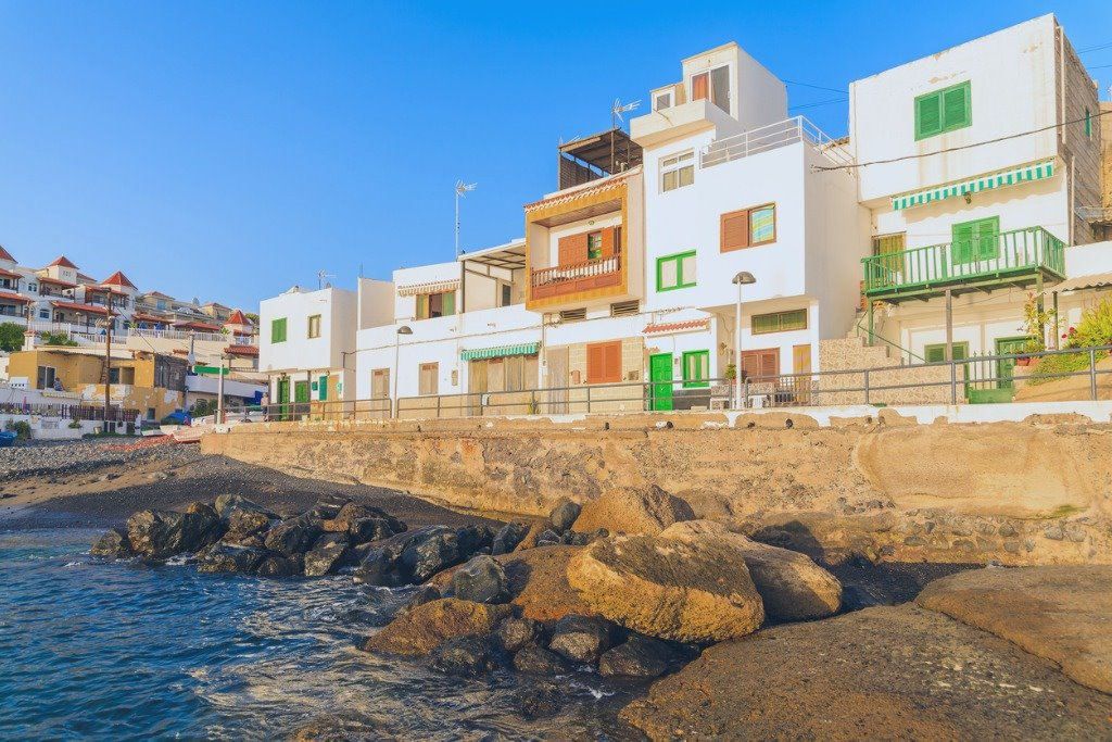 colourful-houses-in-la-caleta-fishing-village-during-sunset-time-on-picture-id692429132. Locales y hippies
