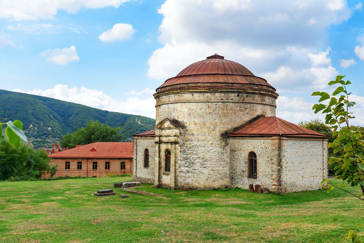 iStock-646315260. Centro histórico de Sheki (Azerbaiyán)