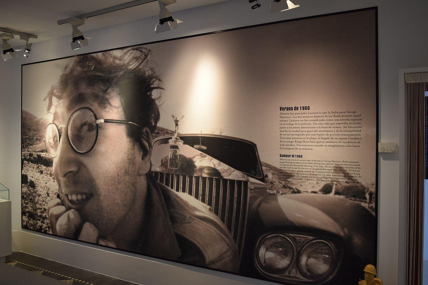 1620px-Sala Homenaje a John Lennon. Casa del Cine de Almería. La casa museo del cine