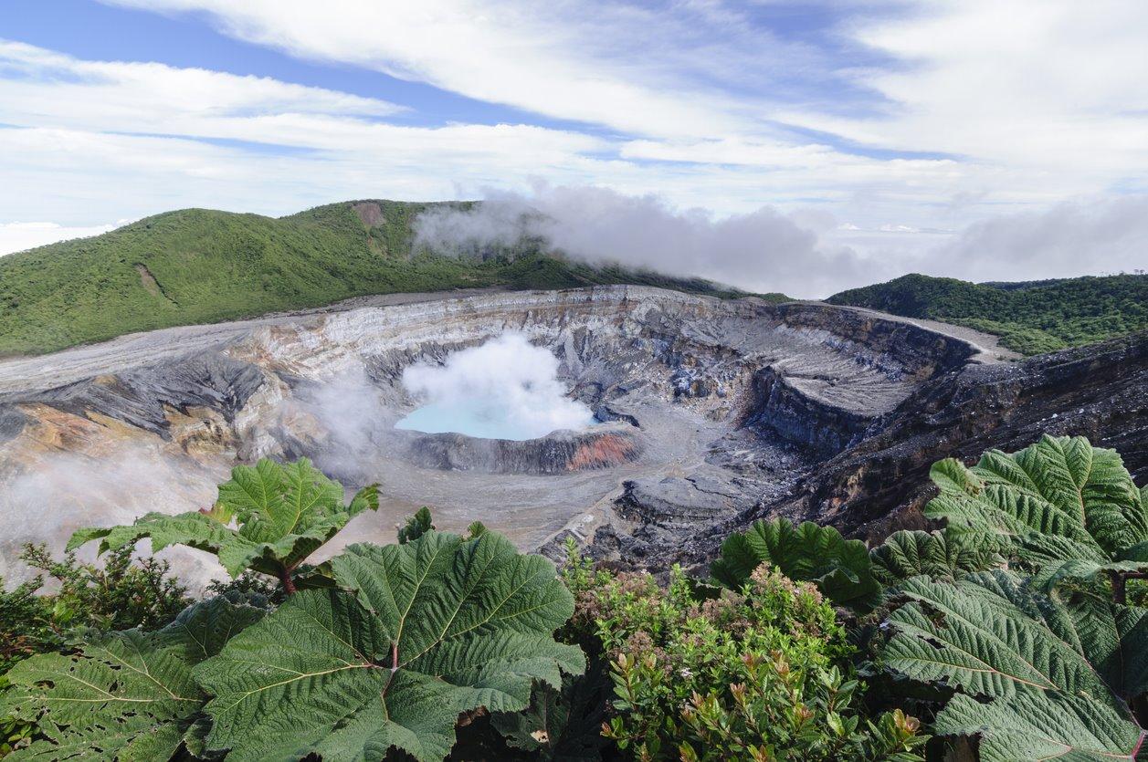 iStock-187756075. El crater de Poás