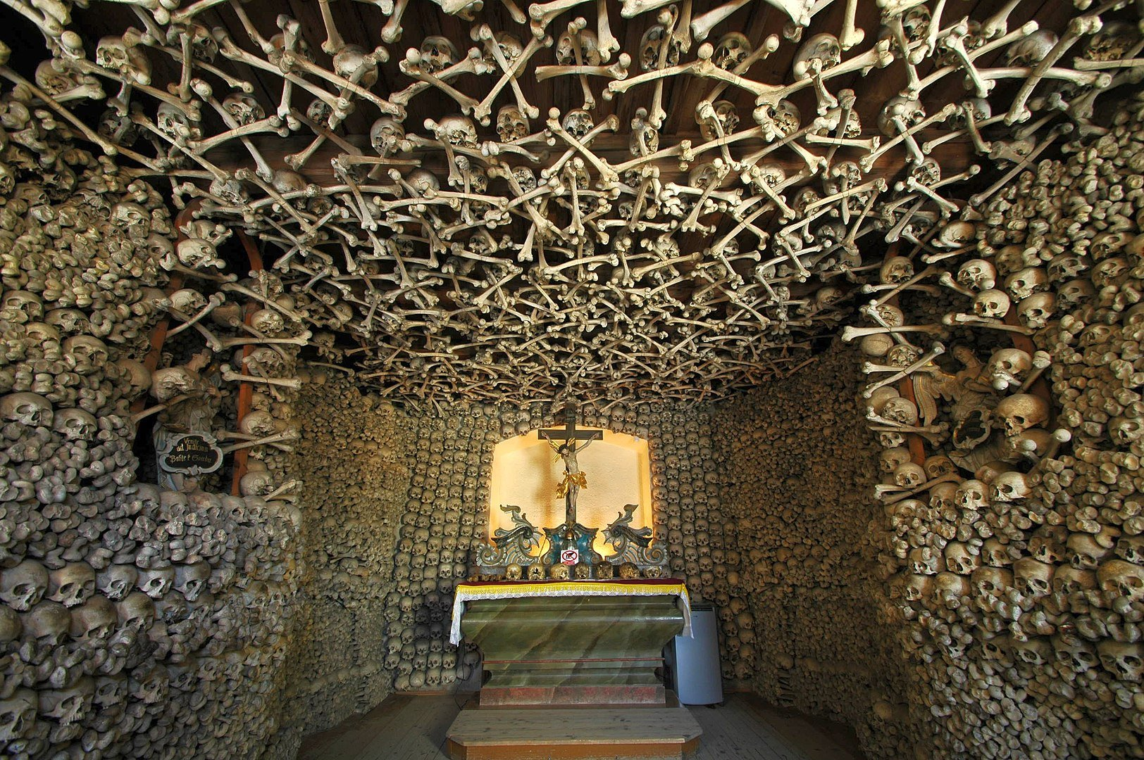1624px-Poland - Czermna - Chapel of Skulls - interior 02. Un techo casi contemporáneo