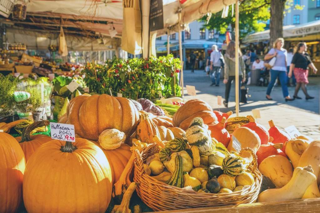 large-farmers-market-in-munich-germany-picture-id612644330. Comer...