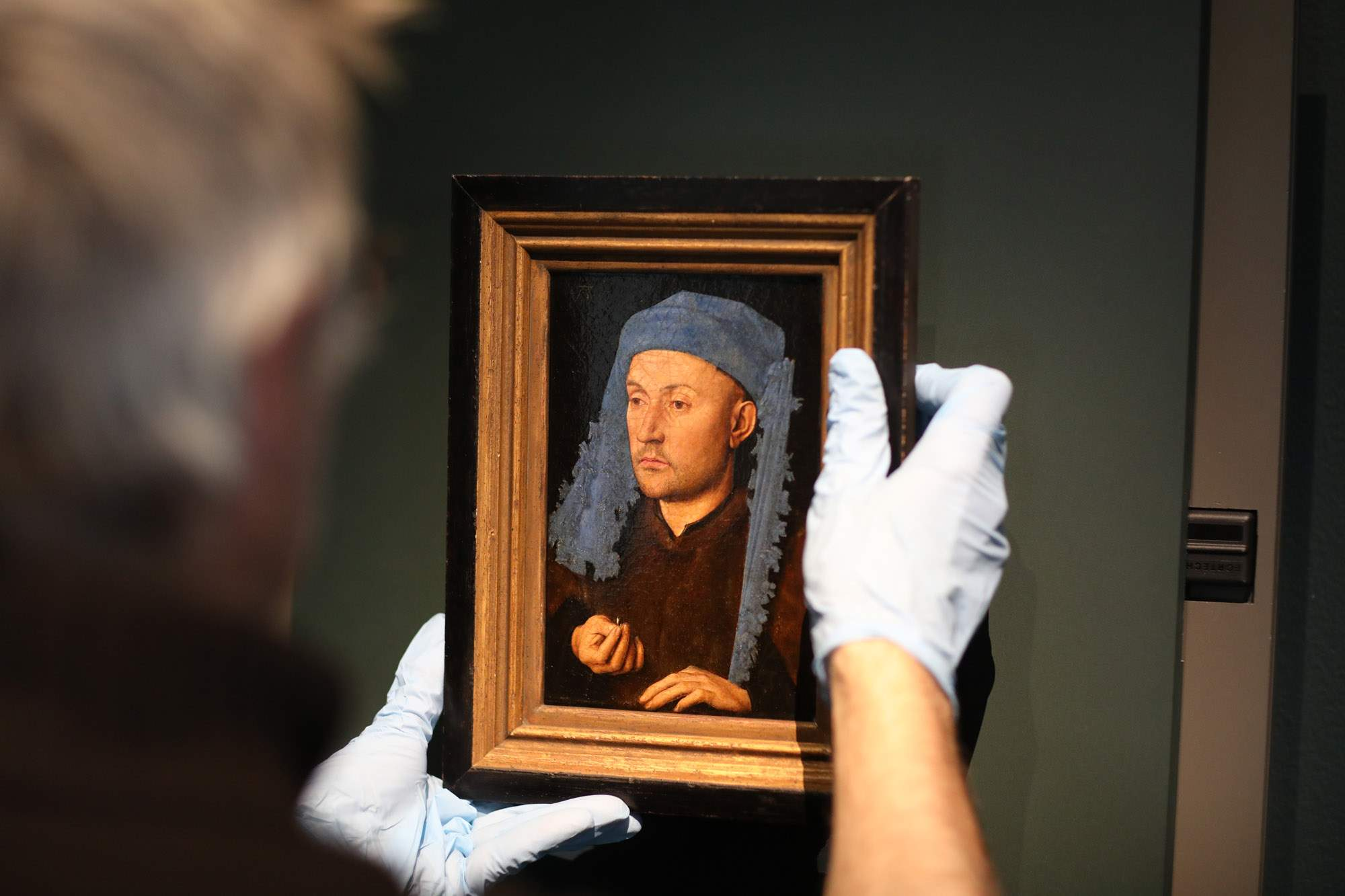 Installation of Jan van Eyck, Portrait of a man with a blue chaperon, c. 1428-1430 (Muzeul National Brukenthal, Sibiu, Romania) (c) Museum of Fine Arts Ghent, photography David Levene (3). Una visita virtual