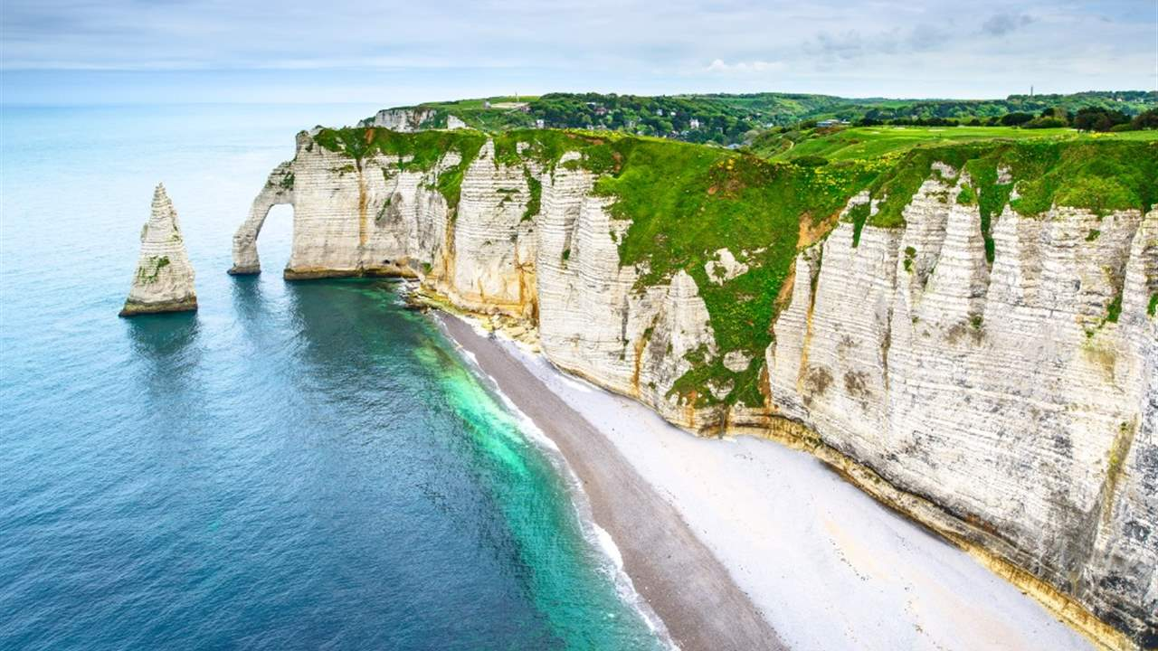 etretat-aval-cliff-rocks-landmark-and-ocean-normandy-france-picture-id469994113