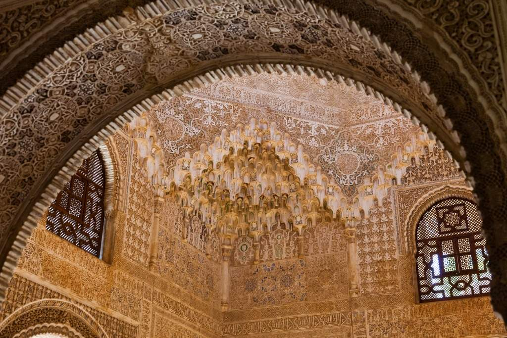 alhambra-de-granada-hall-of-the-two-sisters-picture-id176846571. Exuberancia para Muhamed V