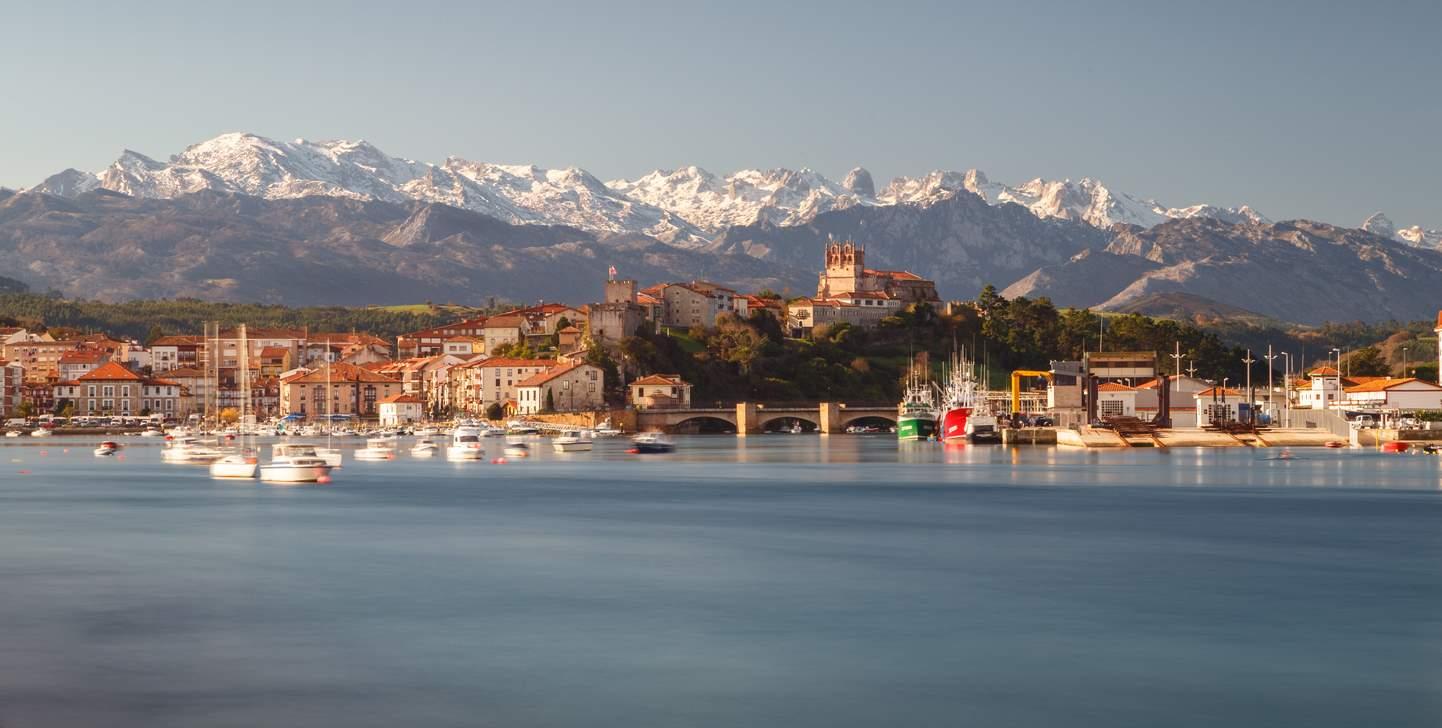 iStock-1252608696. Mar y montaña en San Vicente de la Barquera